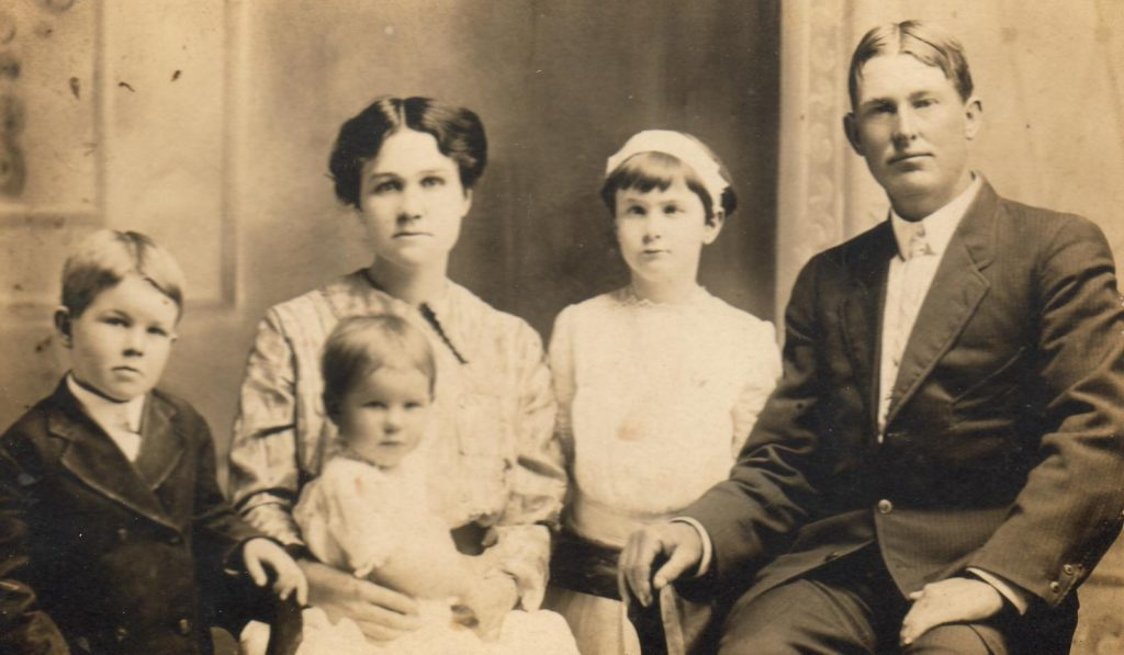 Clarence Hiler family.   (Photograph provided by and in the collection of Johnny Taylor, Marshall, TX, 2017)