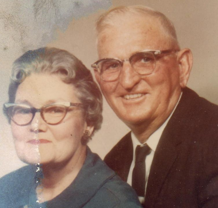 Edna Collier Smithen & Willie Edward (Pete) Smithen.   (Photograph provided by and in the collection of Johnny Taylor, Marshall, TX, 2017)