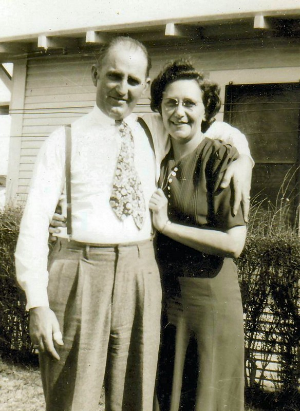 Robert Smithen & wife, Ardis.   (Photograph provided by and in the collection of Johnny Taylor, Marshall, TX, 2017)