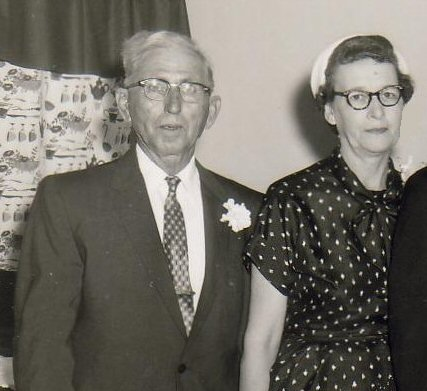 Harvey Smithen & Myrtle Walker Smithen.   (Photograph provided by and in the collection of Johnny Taylor, Marshall, TX, 2017)
